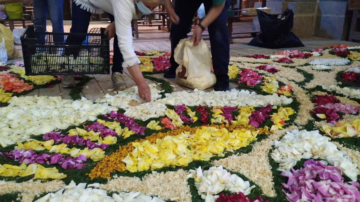 Elaboración de la alfombra floral en la iglesia de Bermillo de Sayago