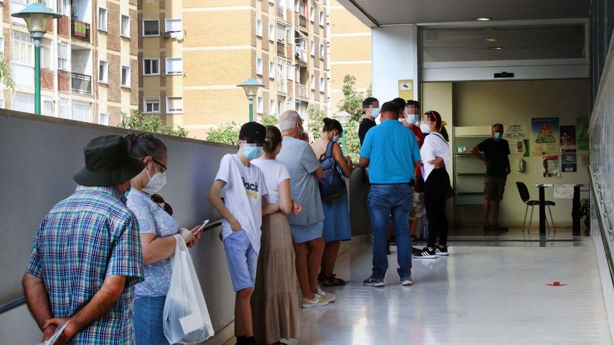 Colas en un centro de salud de Málaga capital, en septiembre de 2020.