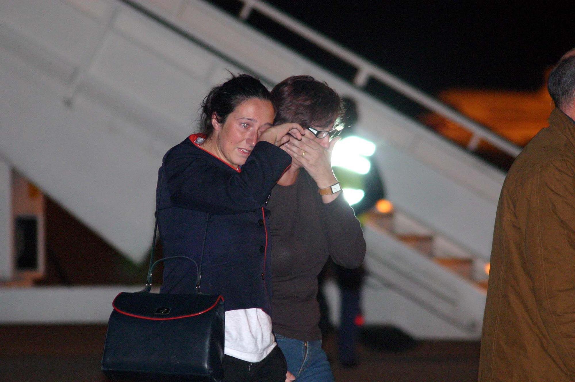 Tatiana con su madre al bajar del avi�n en Barajas.jpg
