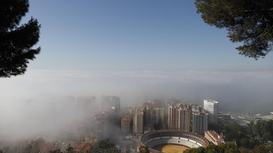Una masa de aire cálido cubre Málaga con una intensa niebla