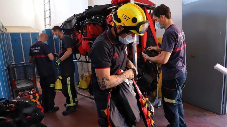 Los bomberos rescatan a un joven que cayó al río en el puente de Miraflores