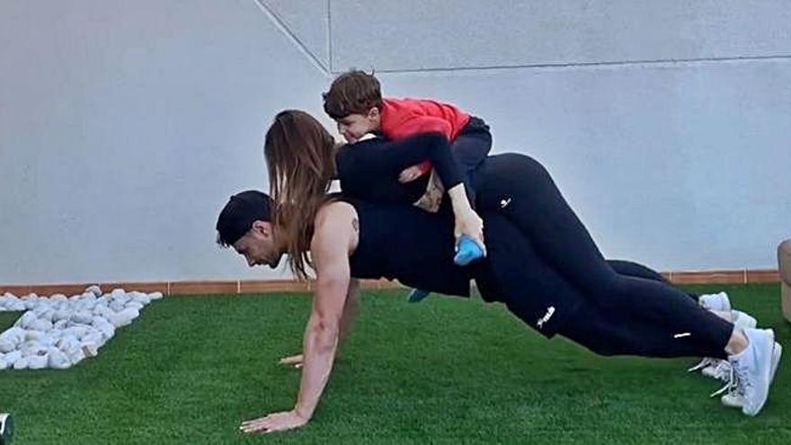 Serna carga con su hijo y su mujer para fortalecer músculo