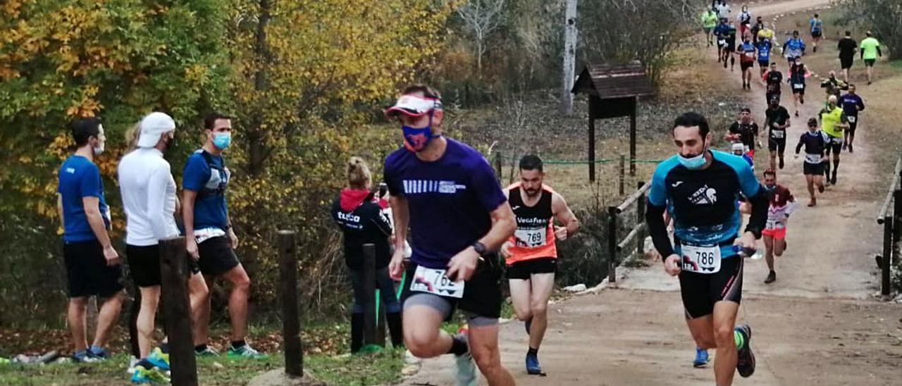 Algunos de los participantes optaron por completar el Trail con una mascarilla protectora. | FERMÍN GARCÍA