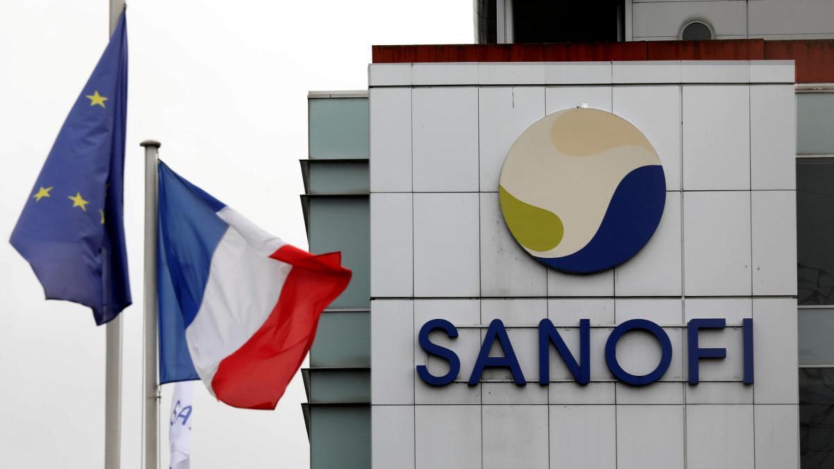 El logo de Sanofi en el centro de investigación y producción de la empresa en Vitry-sur-Seine.