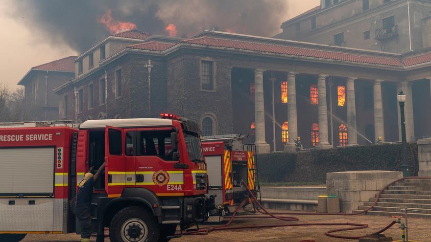 Un incendio fuera de control alcanza la Universidad de Ciudad del Cabo