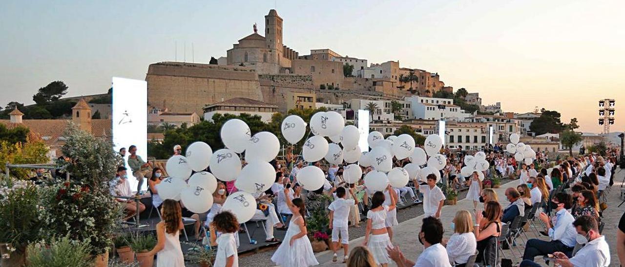 Los niños saltan y dan vueltas con los globos en el momento más emotivo de la tarde.