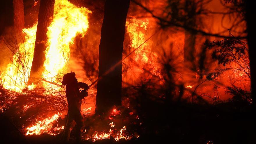 Galería: Los bomberos, toda la noche luchando contra el fuego en la Sierra de Francia, Salamanca
