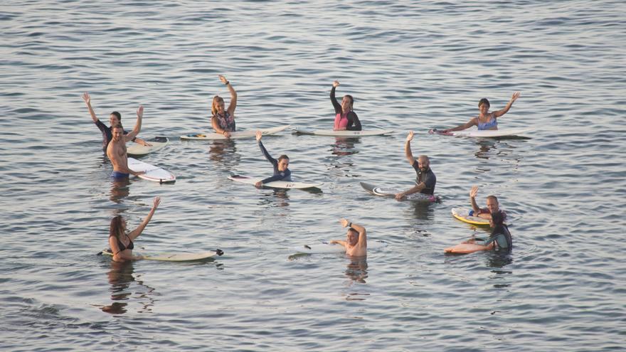 Más de treinta surferos dibujan una llamada de socorro en Playa Chica