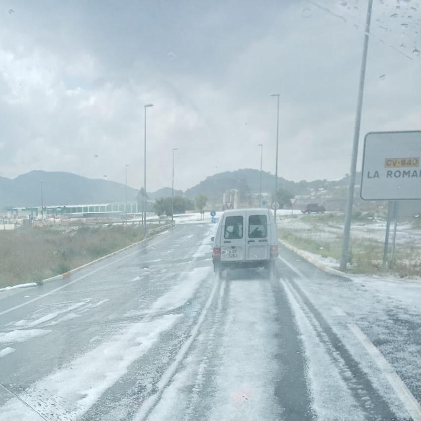 El granizo caído esta tarde en la carretera de acceso a La Romana.
