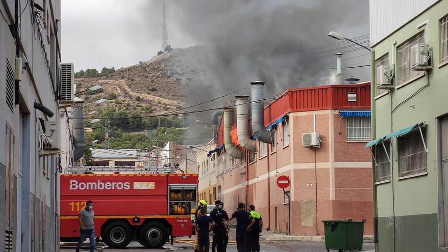 Incendio en una nave industrial de Elda