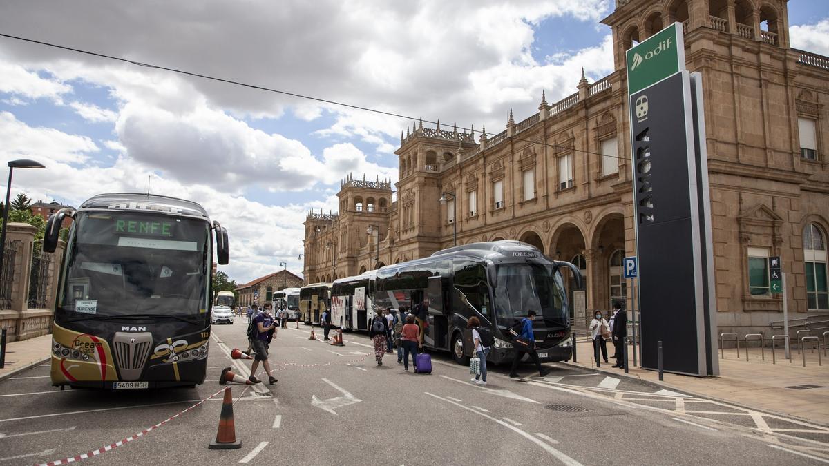 Viajeros realizan el trasbordo a un autobús en Zamora