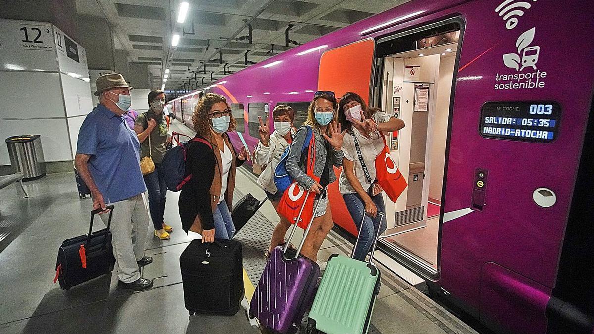 L'entusiasme dels primers viatgers de l'Avlo, just abans de pujar-hi, ahir al matí a Girona.   MARC MARTÍ