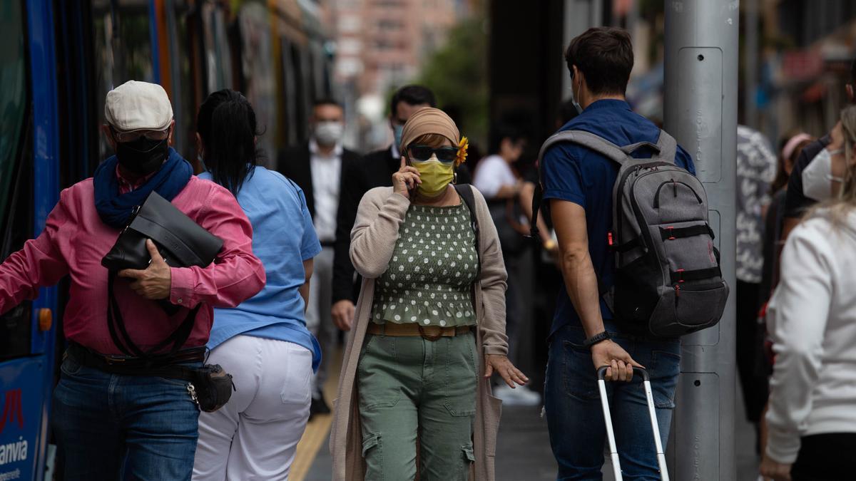 Un grupo de personas pasea con mascarillas por Santa Cruz de Tenerife.