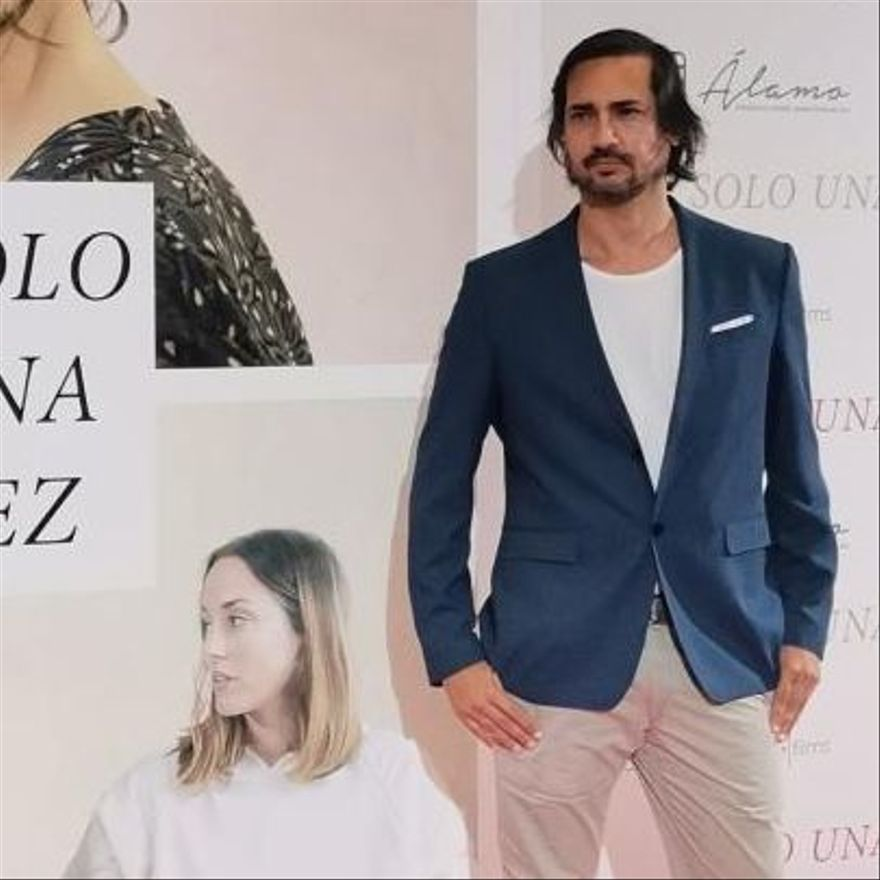 El director tinerfeño Guillermo Ríos posa junto al cartel de la cinta.