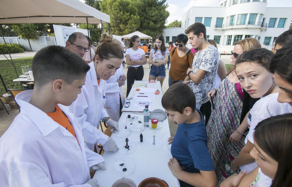 Centenares de niños y jóvenes con sus familias practican con robots en la 'Noche de la Ciencia' y descubren propiedades casi mágicas de los materiales