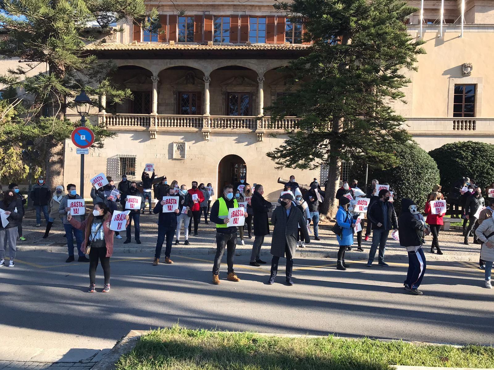 Unos 500 restauradores desafían la prohibición y protestan ante el Consolat contra el cierre