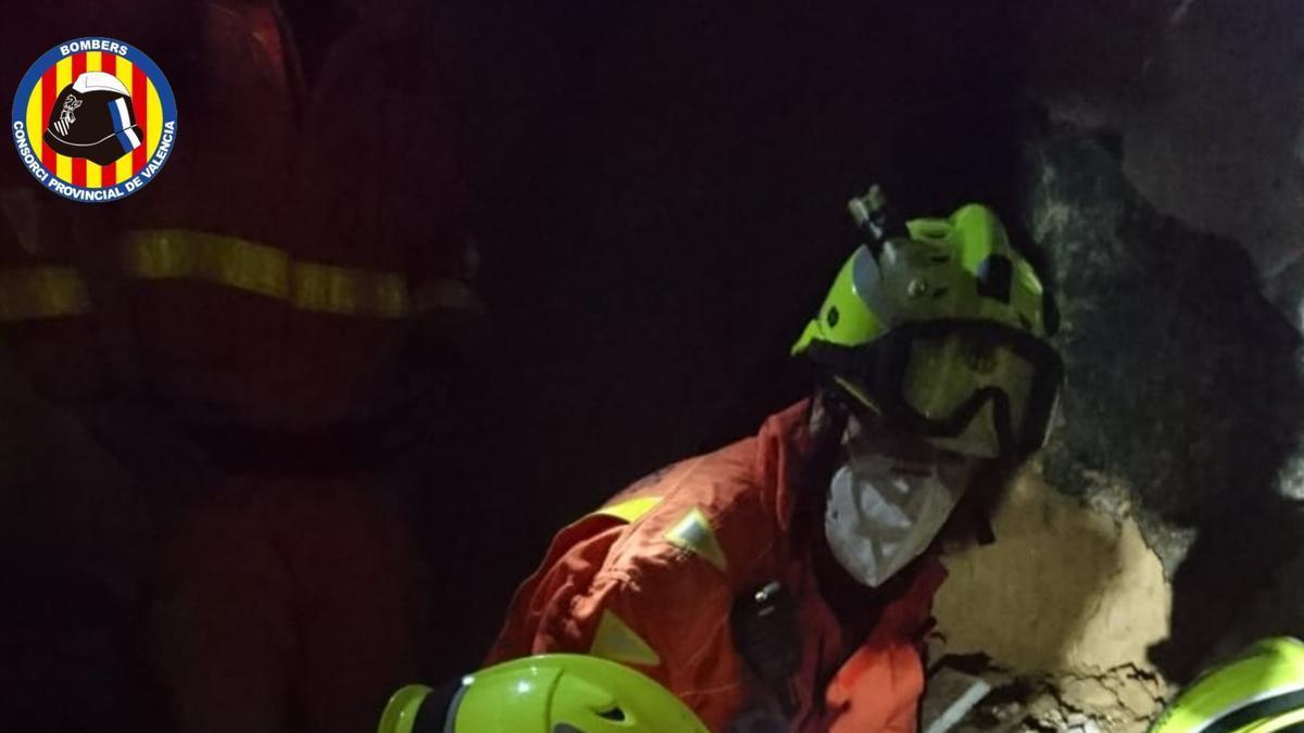 Bomberos rescatan con vida a un perro de una casa derrumbada en Torrent