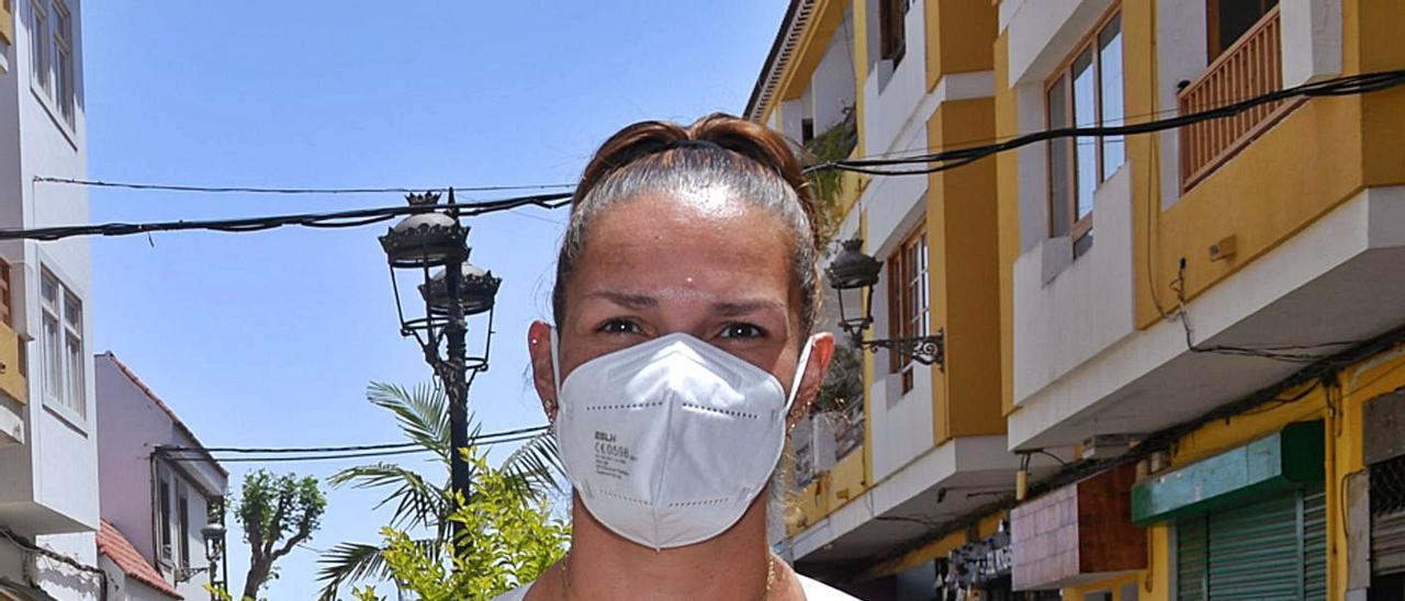 Concepción Santana, presidenta de la Asociación de Empresarios de Santa Brígida, en una calle del casco.     JUAN CARLOS CASTRO