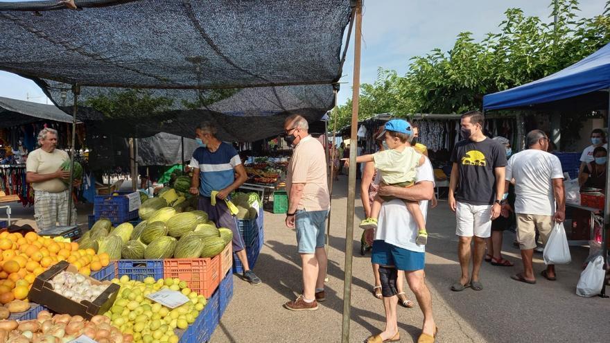 El mercado de la playa de Almassora inicia temporada con más puestos y extensión