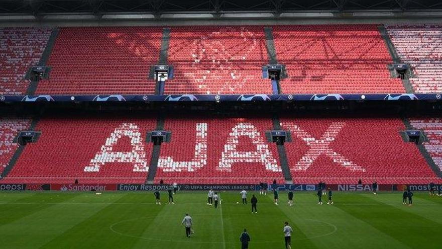 Ultras del Ajax lanzan fuegos artificiales cerca del hotel del Tottenham