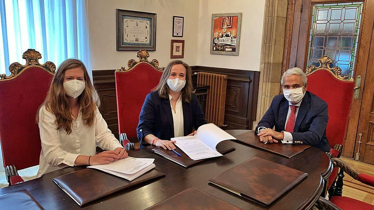 Dos de las juezas con nuevos despachos en Cataluña, Teresa Cecchini Maíllo y Beatriz Alfaro Gutiérrez, junto al presidente del alto tribunal que abandonan, tras la firma de su cese.