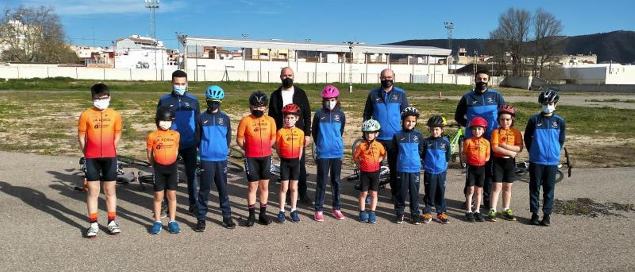 Alumnos y técnicos de la escuela ciclista de la Penya Aiacor en la presentación oficial. | LEVANTE-EMV