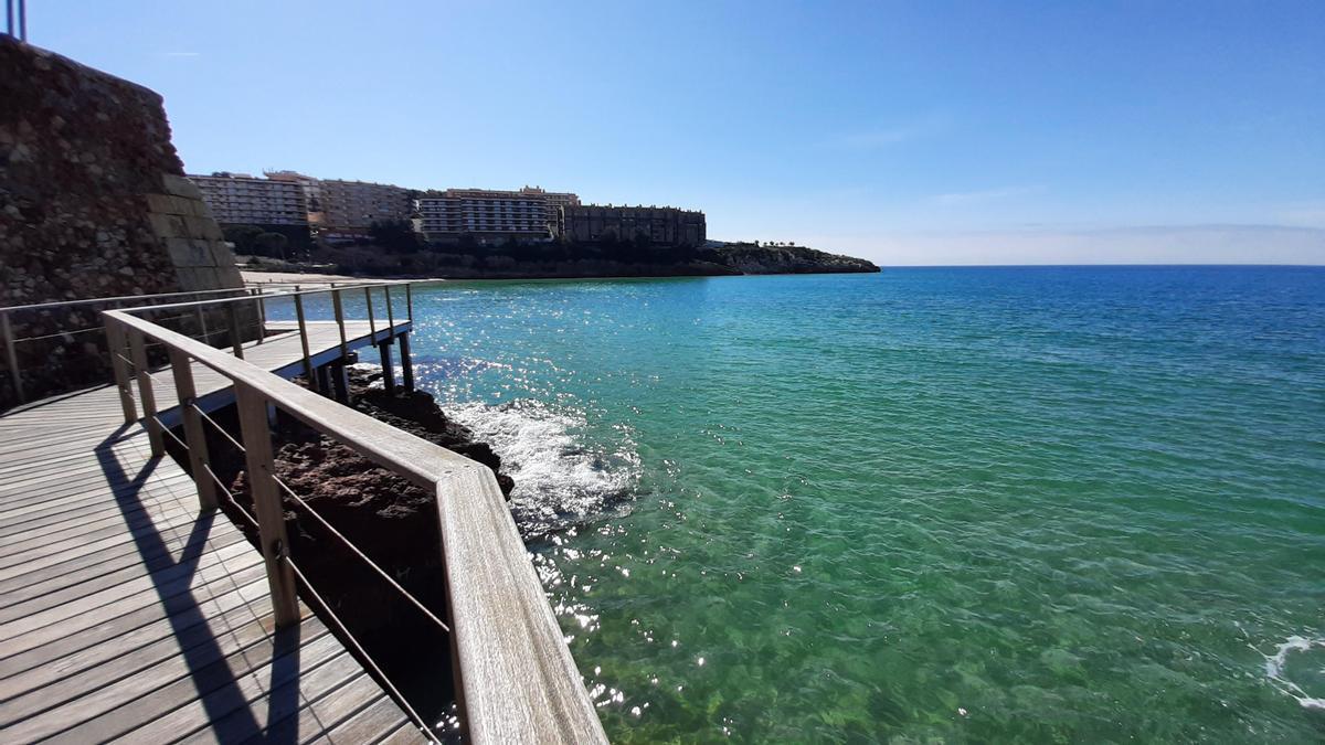 El camino de Ronda, en Salou, recorre todo el litoral de Salou. Al fondo, la playa de Capellans.