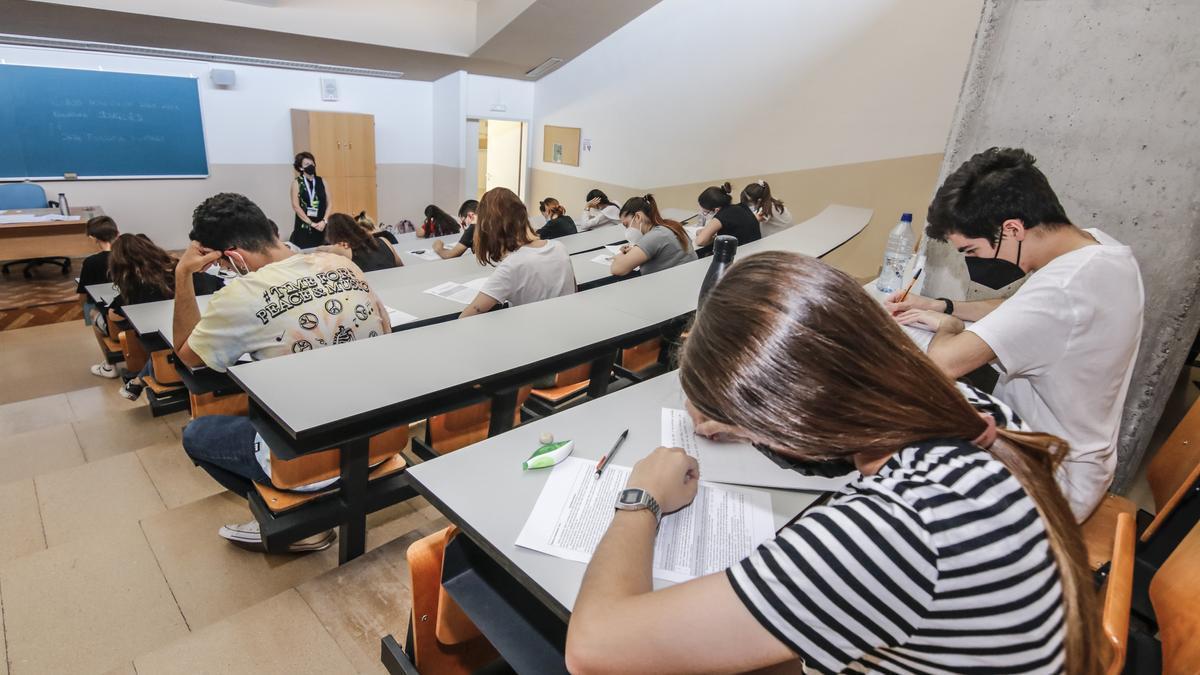 Alumnos durante uno de los exámenes de la EBAU, el pasado martes en Cáceres.