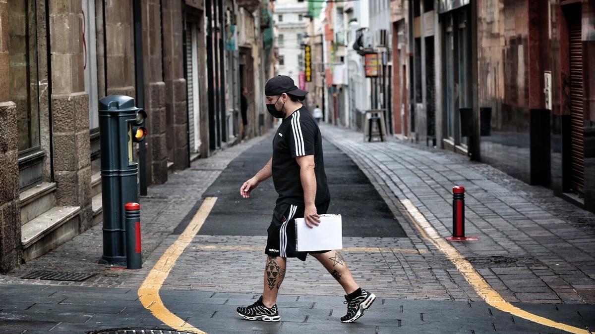 Un hombre camina por Santa Cruz de Tenerife.