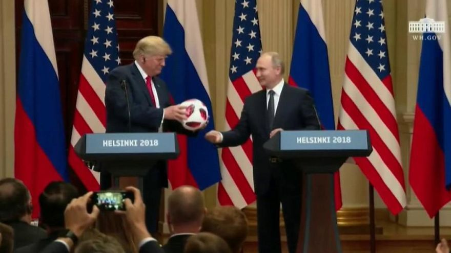 Putin regala el balón del Mundial a Trump y éste se lo pasa a Melania