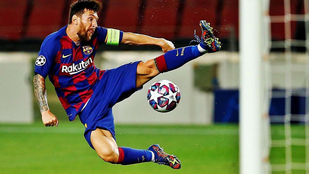 Messi trata de controlar un balón, ayer ante el Nápoles.   Efe