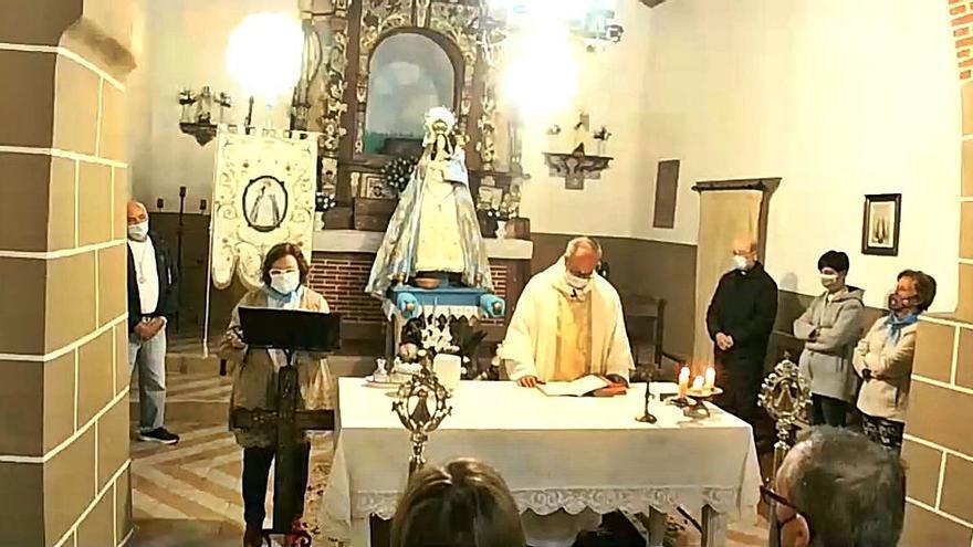 María bendice Villanueva del Campo sin salir de la ermita de Valdehunco