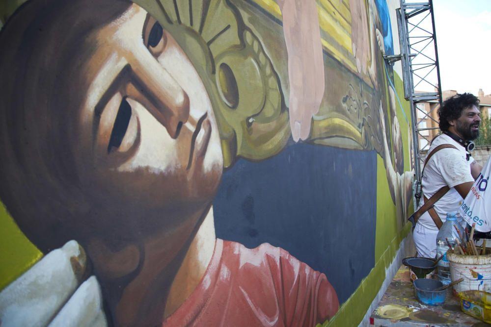 Carlos Adeva junto a su mural de Antonio Pedrero.