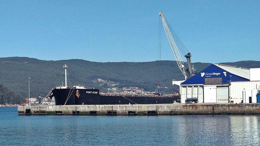 Dos graneleros descargan en Marín más de 100.000 toneladas de cereal