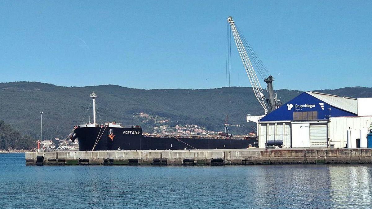 Uno de los buques que descargan en Marín.