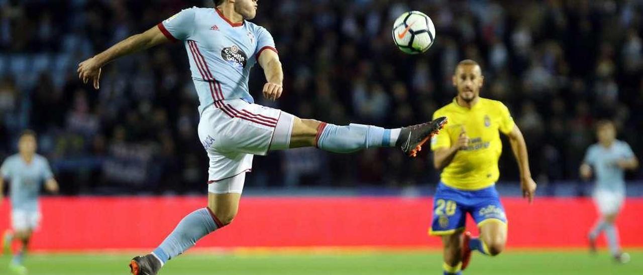 Maxi Gómez intenta un difícil control de pelota ante Gálvez durante el partido de Liga disputado anoche en Balaídos entre el Celta y la UD Las Palmas. // Marta G. Brea
