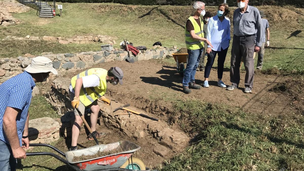 Les exavacions al jaciment arqueològic de la vil·la romana dels Ametllers de Tossa de Mar amb l'alcaldessa i altres autoritats en segon terme