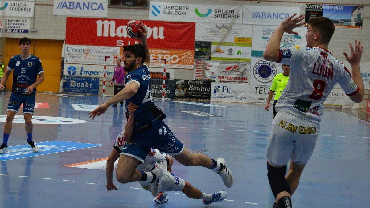Santi López, en una acción del partido de esta tarde en O Gatañal ante Ademar León.
