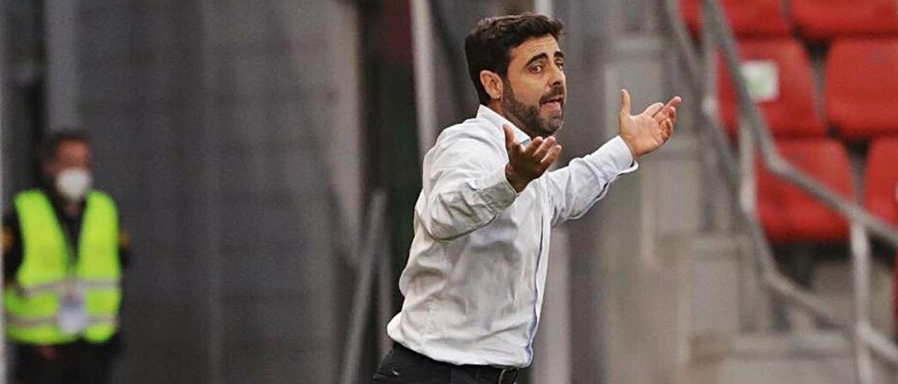 David Gallego, dando indicaciones durante el partido de ayer.