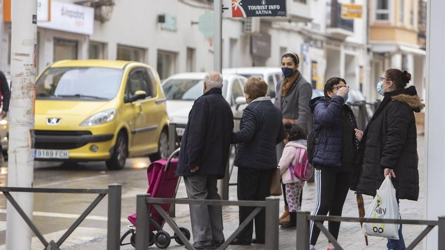 Colisionan dos coches en Xàtiva y uno de ellos atropella a una mujer