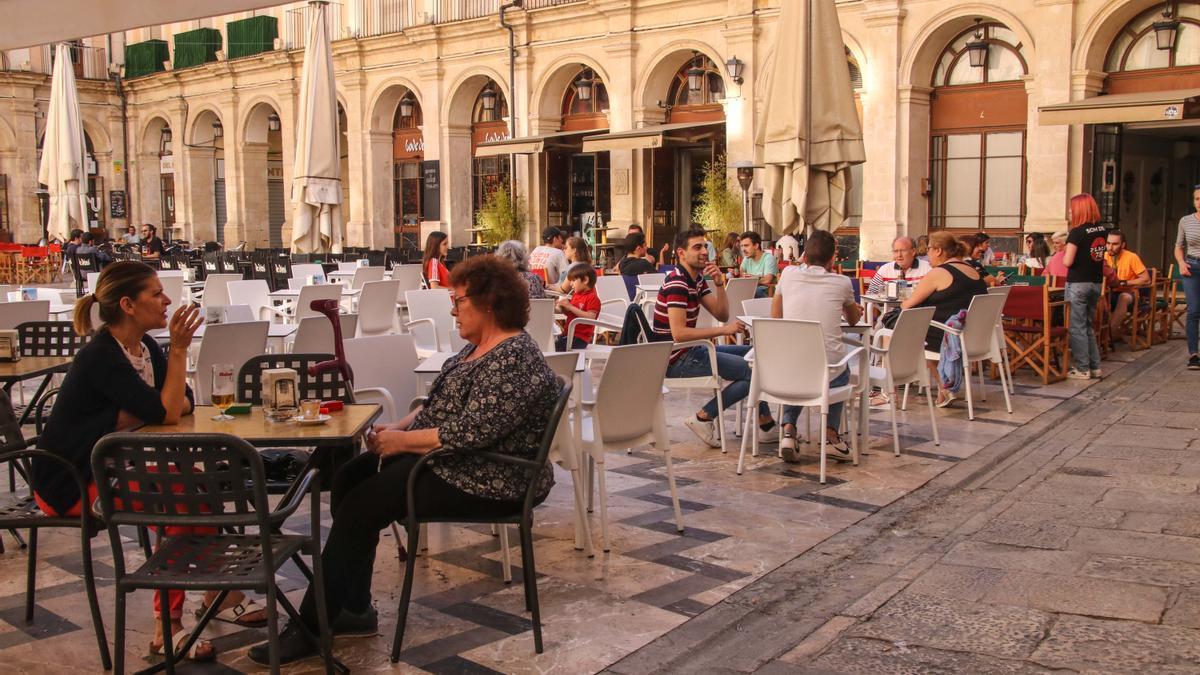 Terrazas en la Plaça de Dins en una imagen anterior al inicio de la crisis del coronavirus.
