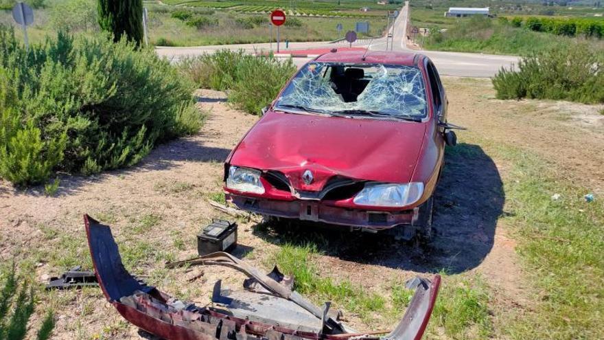 Destrozan  un coche abandonado