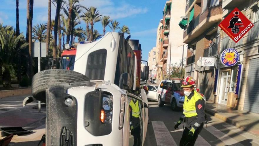 Rescatan en Elche a una conductora de 70 años tras colisionar con un coche aparcado