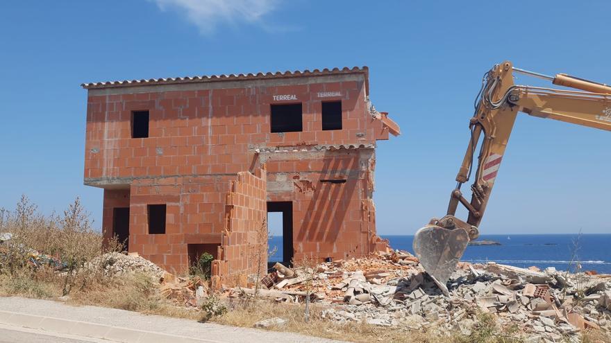Les màquines demoleixen els xalets «il·legals» de la zona dels Caials de Cadaqués