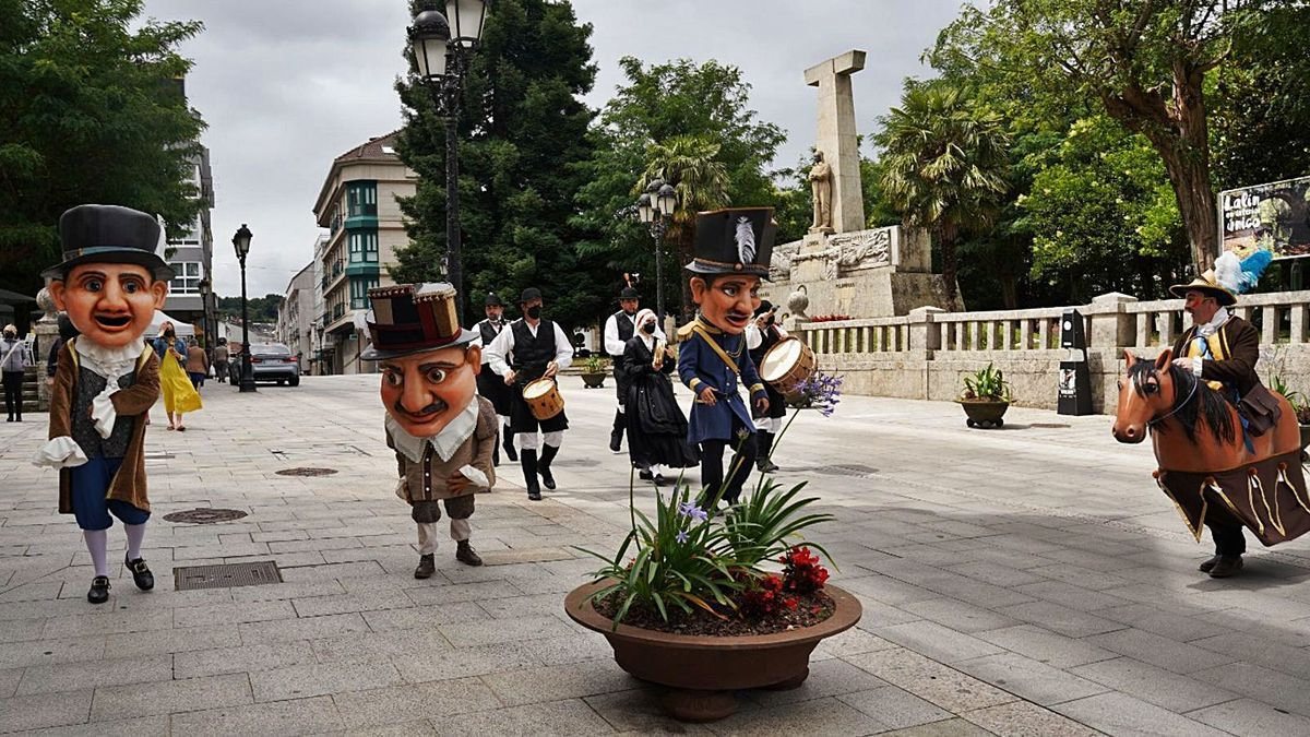 Os Cabezudos de Laxeiro durante el pasacalles, ayer, junto al monumento de Joaquín Loriga. |