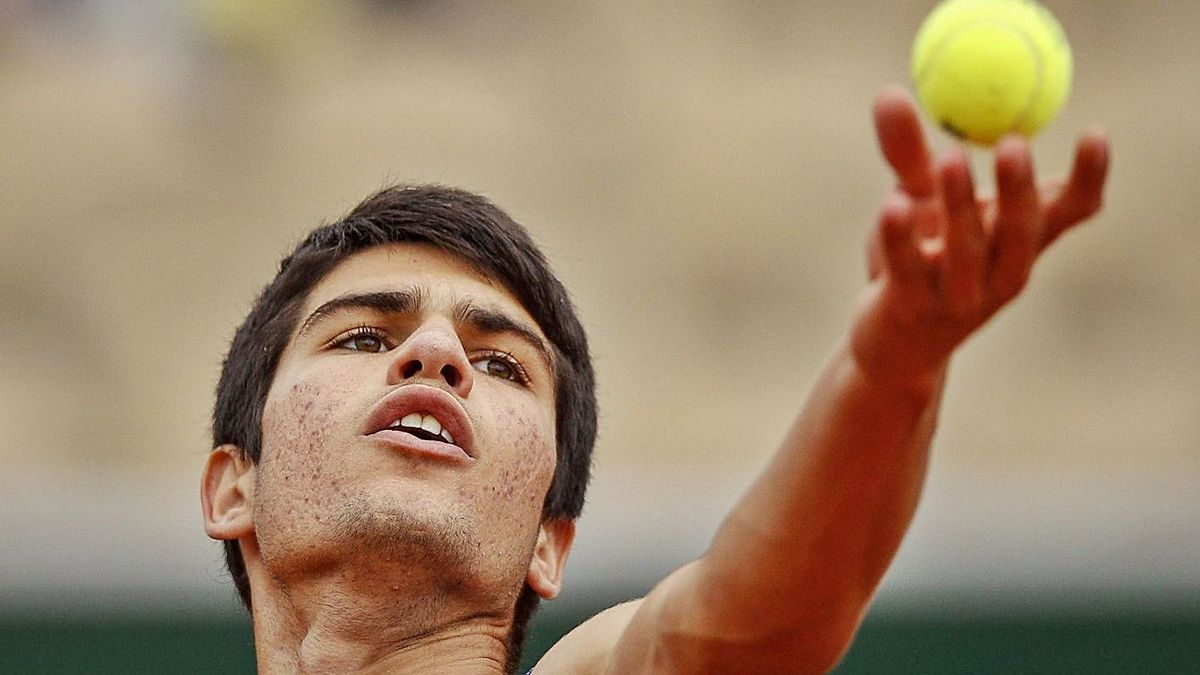 Carlos Alcaraz se dispone a realizar un saque en su último partido de Roland Garros. | YOAN VALAT/EFE