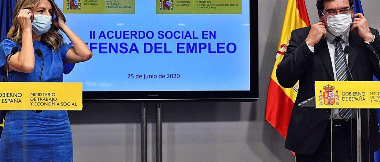 Yolanda Díaz y José Luis Escrivá, ayer durante la presentación de los acuerdos.