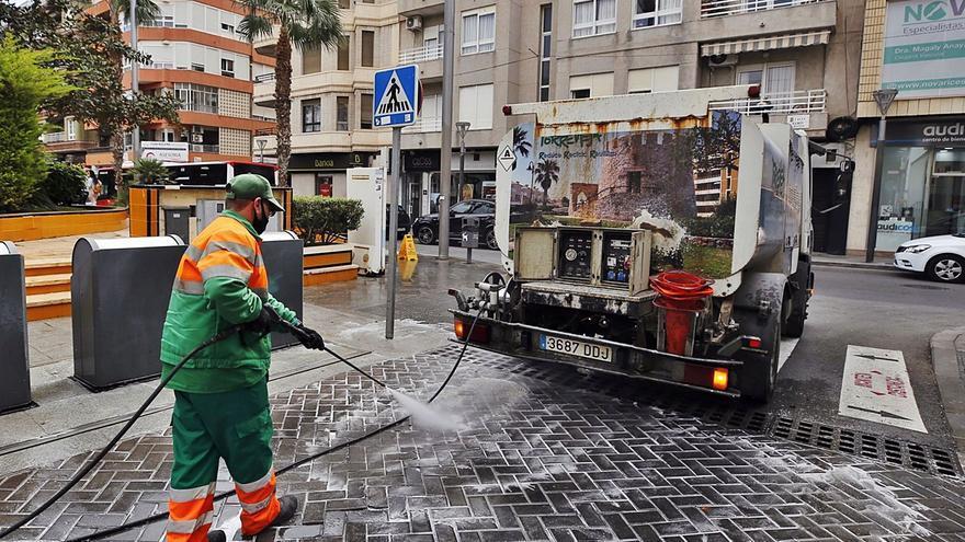 El director jurídico del Ayuntamiento ve inviable gestionar las basuras de Torrevieja con una empresa mixta