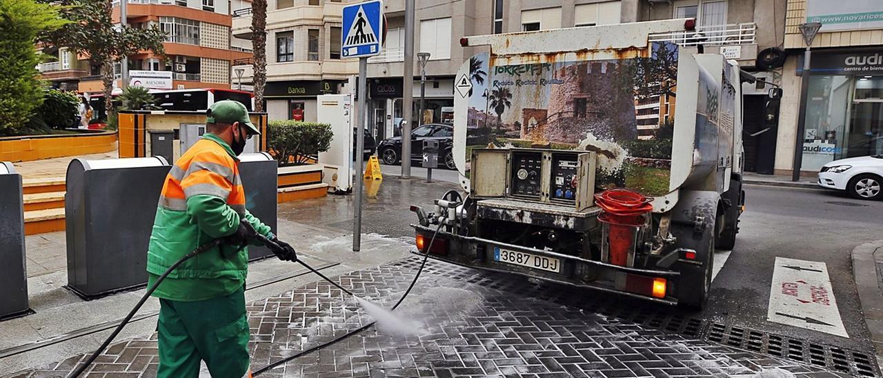 Acciona realiza el servicio de limpieza urbana y recogida de basura sin contrato desde 2016 y ya factura 19 millones al año. La imagen de esta semana muestra el tipo de vehículos que sigue utilizándose para realizar el servicio, algunos con 15 años de antigüedad | JOAQUÍN CARRIÓN