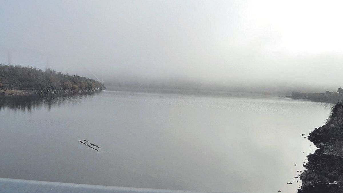 El embalse de Agavanzal, ayer, tras haber recuperado parte de su caudal.
